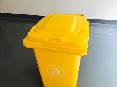 现在江西翰邦的医疗垃圾桶备有大量库存,翰邦塑料垃圾桶选用的具有高冲击强度的HDPE(低压高密度聚乙烯)为原料一次注塑而成整体性能好,选用全新料,颜色鲜艳,桶身加厚,塑料桶盖填充严密,桶体日久不变形,箱体结构不会变脆弱和变形,抗热、防冻及耐酸、耐碱、桶箱易清洗,欢迎各位来电咨询,价格实惠,可现货配送。